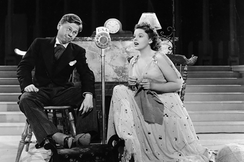"Judy Garland et Mickey Rooney dans ""Place au rythme (Babes in Arms) de Busby Berkeley (1939)"