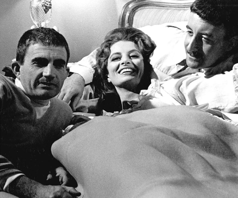 """Blake Edwards, Capucine et Peter Sellers sur le tournage de """"La Panthère rose"""" (The Pink Panther) 1963"""