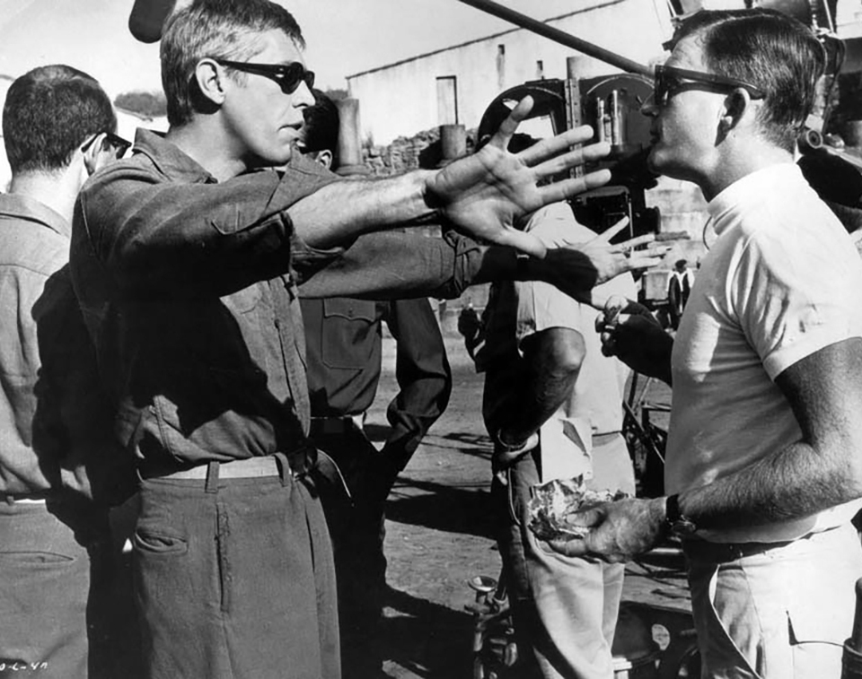 "James Coburn et Blake Edwards sur le tournage de ""Qu'as-tu fait à la guerre, papa ?"" (What Did You Do in the War, Daddy?) 1966"