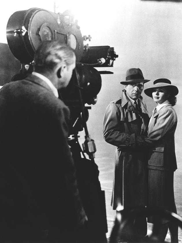 """Humphrey Bogart et Ingrid Bergman sur le plateau de """"Casablanca"""" – la photographie de ce film était due à Arthur Edeson, le grand opérateur de la Warner."""