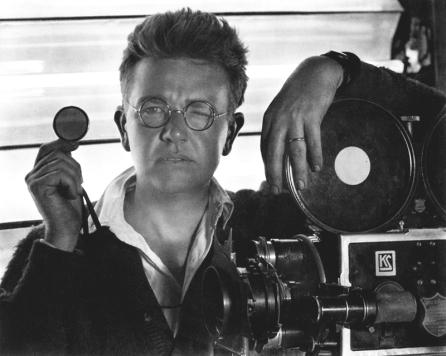 """Karl Struss n'est que le second chef opérateur de """"L'Aurore"""", choisi par Charles Rosher. Son travail n'en est pas moins remarquable. Photographe d'art, il a aussi le goût des prouesses techniques : les 42 caméras filmant la course de char de Ben-Hur de Fred Niblo (1926) font sensation, comme les trucages de Docteur Jekyll et Mister Hyde, de Rouben Mamoulian (1931) et L'Île du Dr Moreau, d'Erie C. Kenton (1933) ou les images « douces » du Signe de la croix, de DeMille (1932), filmées à travers des filtres de gaze."""