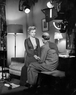 [on set] DON'T BOTHER TO KNOCK (Troublez-moi ce soir) 1952 - Roy Baker et Marilyn Monroe