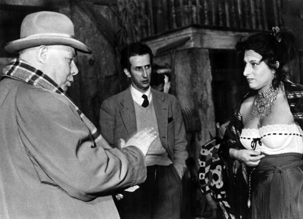 """Jean Renoir sur le tournage de """"Le Carrosse d'Or"""" (1953) avec Anna Magnani"""