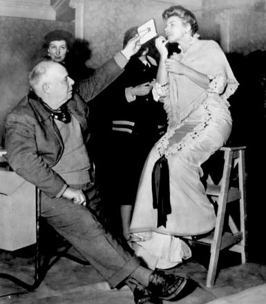 """Jean Renoir sur le tournage de """"Elena et les hommes"""" (1956) avec Ingrid Bergman"""