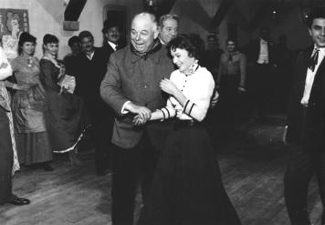 """Jean Renoir sur le tournage de """"French Cancan"""" (1954) avec Françoise Arnoul"""