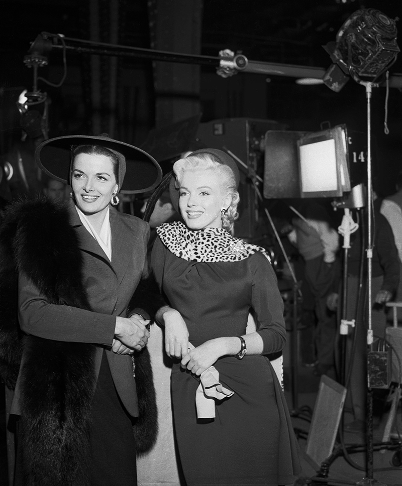 18 Nov 1952 --- Marilyn Monroe and Jane Russell on the set of . --- Image by © Bettmann/CORBIS