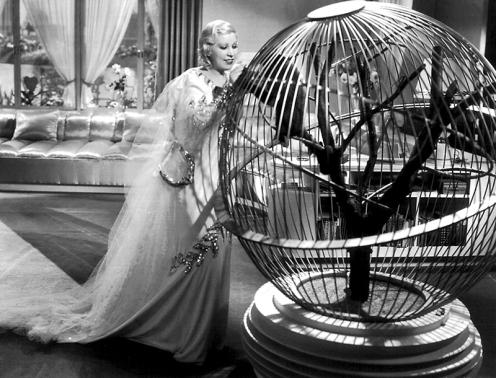 Deux images bien différentes de la femme au milieu des années 30.. Mae West, la vamp, dans Je ne suis pas un ange (à gauche), et Claudette Colbert la jeune émancipée, dans New York-Miami (à droite) avec Clark Gable.