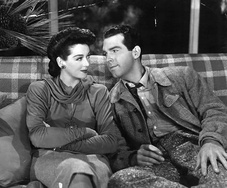 Dans Mon secrétaire travaille la nuit (1942), Rosalind Russell renonce à sa carrière pour l'amour de Fred MacMurray : l'image de la femme indépendante qui s'était affirmée au cours des années 30 est déjà reléguée au passé.