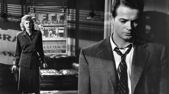 Scène de L'Impasse tragique (The Dark Corner, 1946) de Henry Hathaway A peine sorti de prison après avoir été condamné pour une arnaque montée à son insu par son associé Tony Jardine, le détective privé Bradford Galt se retrouve inculpé à tort du meurtre de celui qui l'a doublé. Il confie à sa secrétaire: « Je me sens mort à l'intérieur. J'ai le dos au mur et je ne sais même pas d'où viennent les coups. »