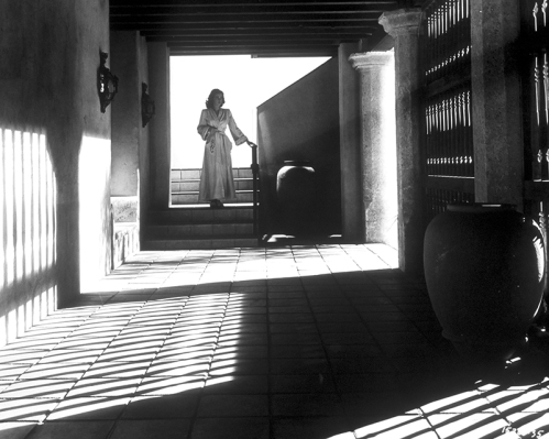 Scène du Secret derrière la porte (Secret Beyond the Door, 1948) de Fritz Lang En voyage au Mexique, l'héritière Celia (Joan Bennett) épouse sur un coup de tête Mark Lamphere, éditeur d'une revue d'architecture. Six pièces de sa maison sont des reconstitutions de décors de crimes célèbres. La septième est fermée à clef et Cella cherche à savoir pourquoi. La maison est une métaphore du cerveau de Mark, ce que dit explicitement Celia : « Son esprit est aussi verrouillé que cette porte. »