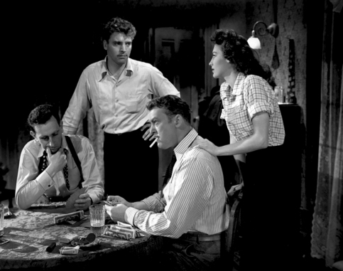Scène des Tueurs (The Killers, 1946) de Robert Siodmak Au travers de nombreux flash-back, nous suivons un enquêteur d'assurance qui tente de comprendre comment Swede (Burt Lancaster au centre) est passé de boxeur à délinquant puis à pompiste avant de se laisser abattre par deux tueurs sans opposer de résistance.