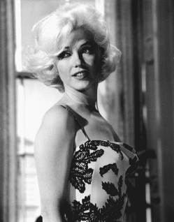 marilyn_monroe_glamour_girl_04