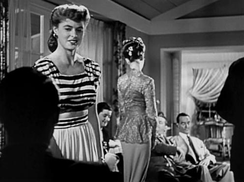 Spectateur: Au début, seule la silhouette, de dos au premier plan, de Devlin est visible. Bien qu'aguiché par Alicia, il reste muet. Ses répliques, d'abord prévues par Hitchcock, furent écartées. Le réalisateur le place ainsi dans la position du voyeur. Plus encore, c'est le spectateur qui est mis dans cette position. En effet, Devlin occupe la place qu'aurait un spectateur assis dans une salle de cinéma. - (NOTORIOUS – Alfred Hitchcock, 1946)