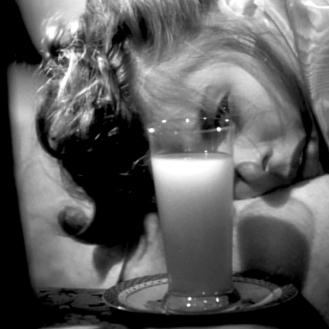 Un verre de trop: Les Enchaînés regorge de rimes visuelles : de nombreuses scènes se font écho l'une l'autre. Ainsi, le réveil difficile pour cause d'abus de boisson d'Alicia, avec l'arrivée de Devlin, annonce la scène finale où Devlin retrouve Alicia empoisonnée. La mise en scène est identique : gros plan sur le visage d'Alicia et plans subjectifs sur la vue qu'elle a de Devlin. Pour un connaisseur d'Hitchcock, la scène rappelle également le fameux verre de lait que Gary Grant apporte à Joan Fontaine dans Soupçons. Ainsi, le verre réparateur offert par Devlin fonctionne comme l'image inversée des cafés empoisonnés qu'Alicia boira plus tard. - (NOTORIOUS – Alfred Hitchcock, 1946)