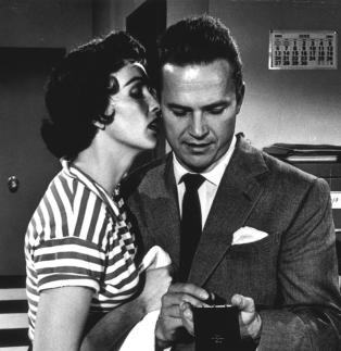 KISS ME DEADLY (En quatrième vitesse, 1955) de Robert Aldrich. Adaptant un livre de Mickey Spillane, le film est considéré comme un classique du film noir et une des meilleures réussites de son auteur.
