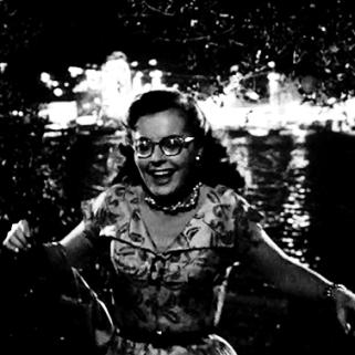 1 - Avant de rencontrer Bruno, Miriam s'amuse et rit : le choc sera d'autant plus brutal.