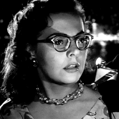 2 - L'image du reflet de la flamme dans les lunettes sera reprise lors de la rencontre de Bruno et Barbara.