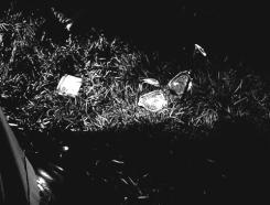 4 - Un insert nous montre les deux objets tombés à terre : le briquet et les lunettes.