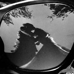 5 - Tout le meurtre est reflété dans les lunettes, ce qui accentue fortement son aspect irréel.