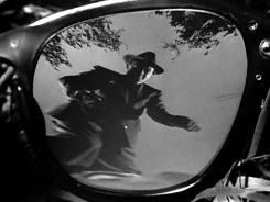 6 - L'image de Bruno se relevant seul après avoir tué sa victime est encore plus menaçante.