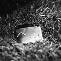 8 - Un plan fixe de quelques secondes montrant le briquet oublié suffit à nous faire craindre le pire.