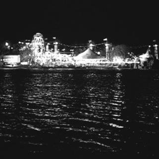 12 - La scène se termine sur l'image désolée du lac vide et sombre évoquant la mort de Miriam.