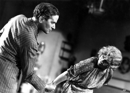 Pierre Blanchar et Sylvie dans Un carnet de bal de Julien Duvivier (1937). Il est connu comme étant le premier film à sketches réalisé en France.