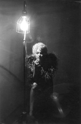 Photo prise par Sam Shaw, lors du tournage du film THE SEVEN YEAR ITCH de Billy Wilder (1955)