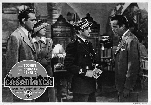 Humphrey Bogart Ingrid Bergman Paul Henreid et Claude Rains dans CASABLANCA de Michael Curtiz (1942). Production : Warner Bros.