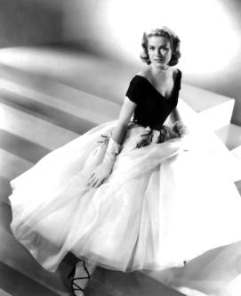 Tout au long du film, Grace Kelly porte des robes somptueuses, conformes à sa position de jeune élégante de la bonne société. Comme toujours, c'est Hitchcock qui a décidé du style et des couleurs. La réalisation des costumes a valu Edith Head une nomination aux Oscars.