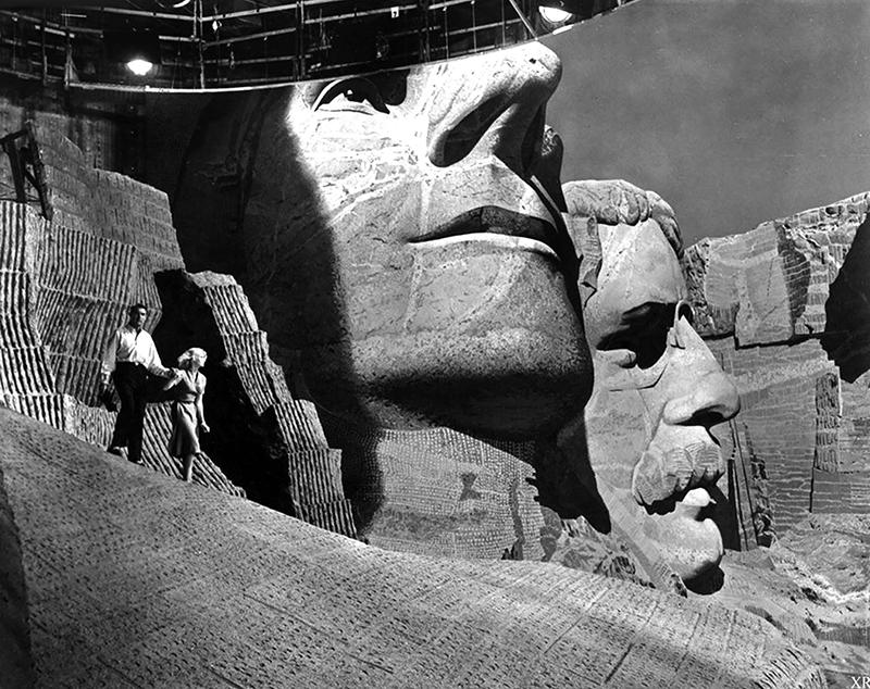 NORTH BY NORTHWEST (La Mort aux trousses) - AlfrNORTH BY NORTHWEST (La Mort aux trousses) - Alfred Hitchcock (1959) - Cary Grant, EvComme l'administration du parc national pensait que tourner des scènes violentes profanerait ce « sanctuaire de la démocratie », les têtes sculptées du mont Rushmore furent elles aussi entièrement reconstituées en studio.