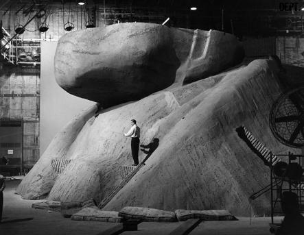 Comme l'administration du parc national pensait que tourner des scènes violentes profanerait ce « sanctuaire de la démocratie », les têtes sculptées du mont Rushmore furent elles aussi entièrement reconstituées en studio.