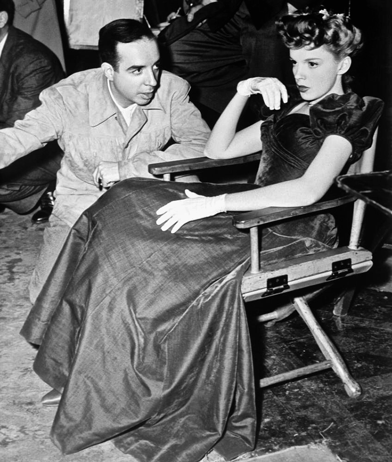 MEET ME IN ST. LOUIS, director Vincente Minnelli, Judy Garland on set, 1944