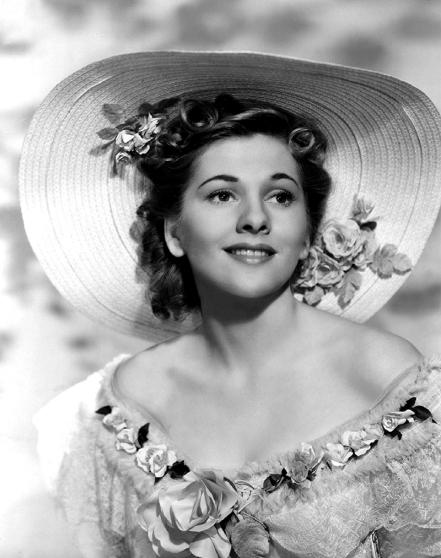 Joan Fontaine (née en 1917) sortit victorieuse du casting-marathon de Rebecca. De son vrai nom Joan De Havilland (sa sœur aînée, autre actrice célèbre, se prénomme Olivia !), la jeune femme obtint ici son premier grand rôle, avant de confirmer sa place de star en jouant dans Jane Eyre (R. Stevenson, 1944). Hitchcock lui demandera de donner la réplique à Cary Grant dans Suspicion (Soupçons, 1941).